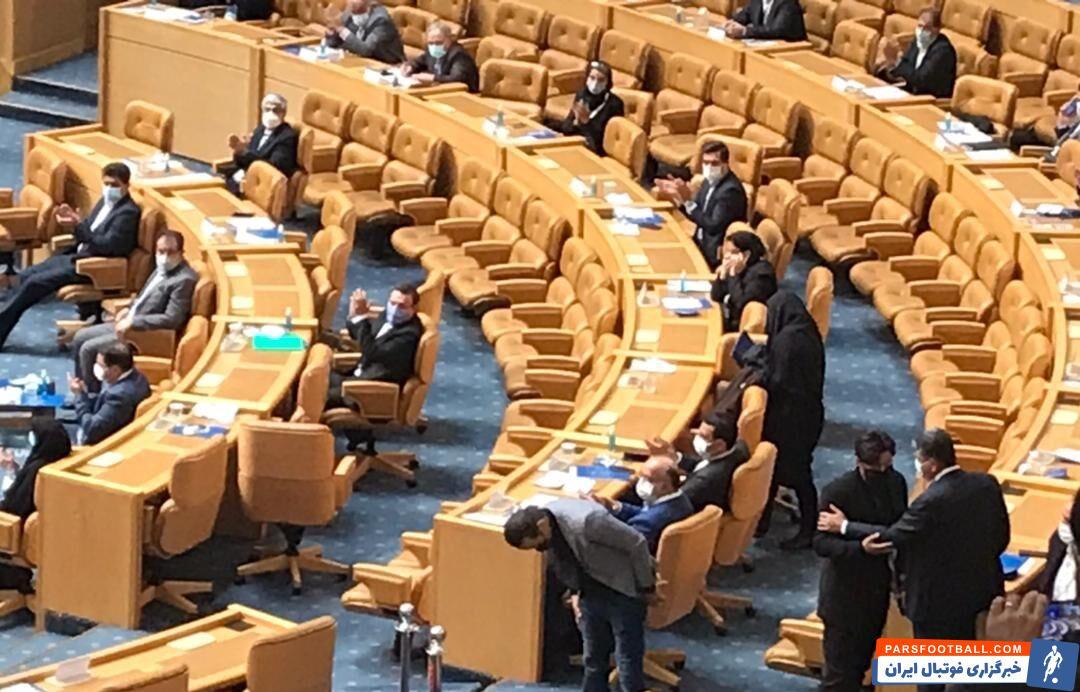 علی کریمی بعد از اعلام اسامی و در حالیکه تنها ۹ رای به خود اختصاص داده بود، سالن را در میان تشویق حاضران ترک کرد.