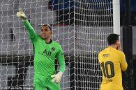 کیلور ناواس دروازه بان کاستاریکایی در نیمه اول دو موقعیت خوب را در شرایطی مشابه از عثمان دمبله گرفت.