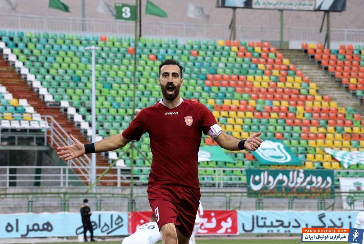 امین قاسمینژاد ، ستاره تیم پدیده ، که مدنظر استقلال هم بود ، پس از گلزنی به پرسپولیس شادی گل خاصی را انجام داد و عدد چهار را نشان داد .