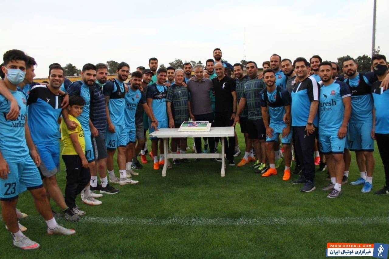 ساکت الهامی که پس از حضورش در نساجی و در روز تولد شاگردانش به آنها هدیه دلاری داده بود، این بار توسط بازیکنانش سورپرایز شد.