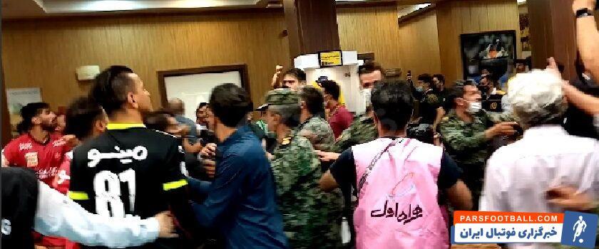 کریم باقری مربی پرسپولیس به مربی دروازه بانهای سپاهان گفت: رحمان ( احمدی) بچههای خودتان را جمع کنید و به رختکن ببرید!