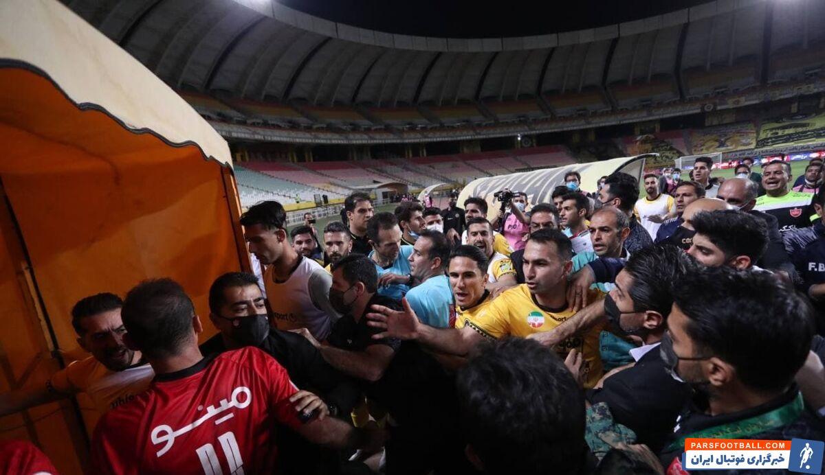گزارش خبرنگار ما حاکی است بلافاصله پس از سوت پایان بازی دو سه بازیکن سپاهان به سیدجلال حسینی حمله کرده و او را هل دادند.