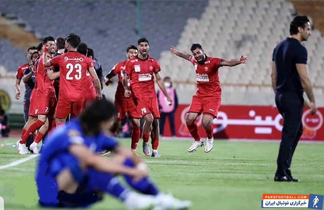یکی از تصاویر ثبت شده پس از پایان بازی شب گذشته تصویر شادی پرسپولیسیها و نگاه سرد محمد نادری به آنهاست که تضاد عجیبی ایجاد کرده است.
