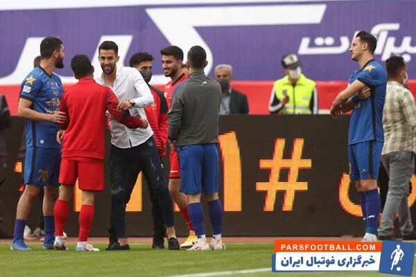 پیش از آغاز دیدار پرسپولیس و استقلال ، محمد نادری به سمت بازیکنان پرسپولیس رفت و با هم تیمی های پیشینش خوش و بش کرد .