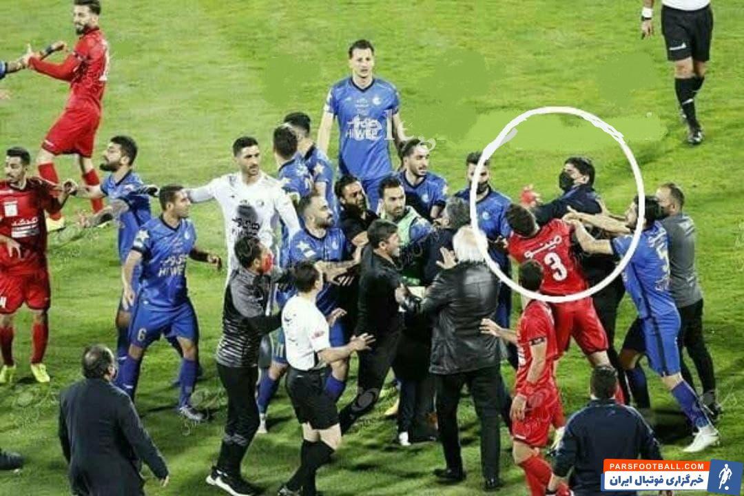 بهزاد غلامپور مربی دروازه بان های استقلال هم وسط آمد و با بازیکنان حریف درگیر شد اما اکبریان داور بازی غلامپور را اخراج کرد.