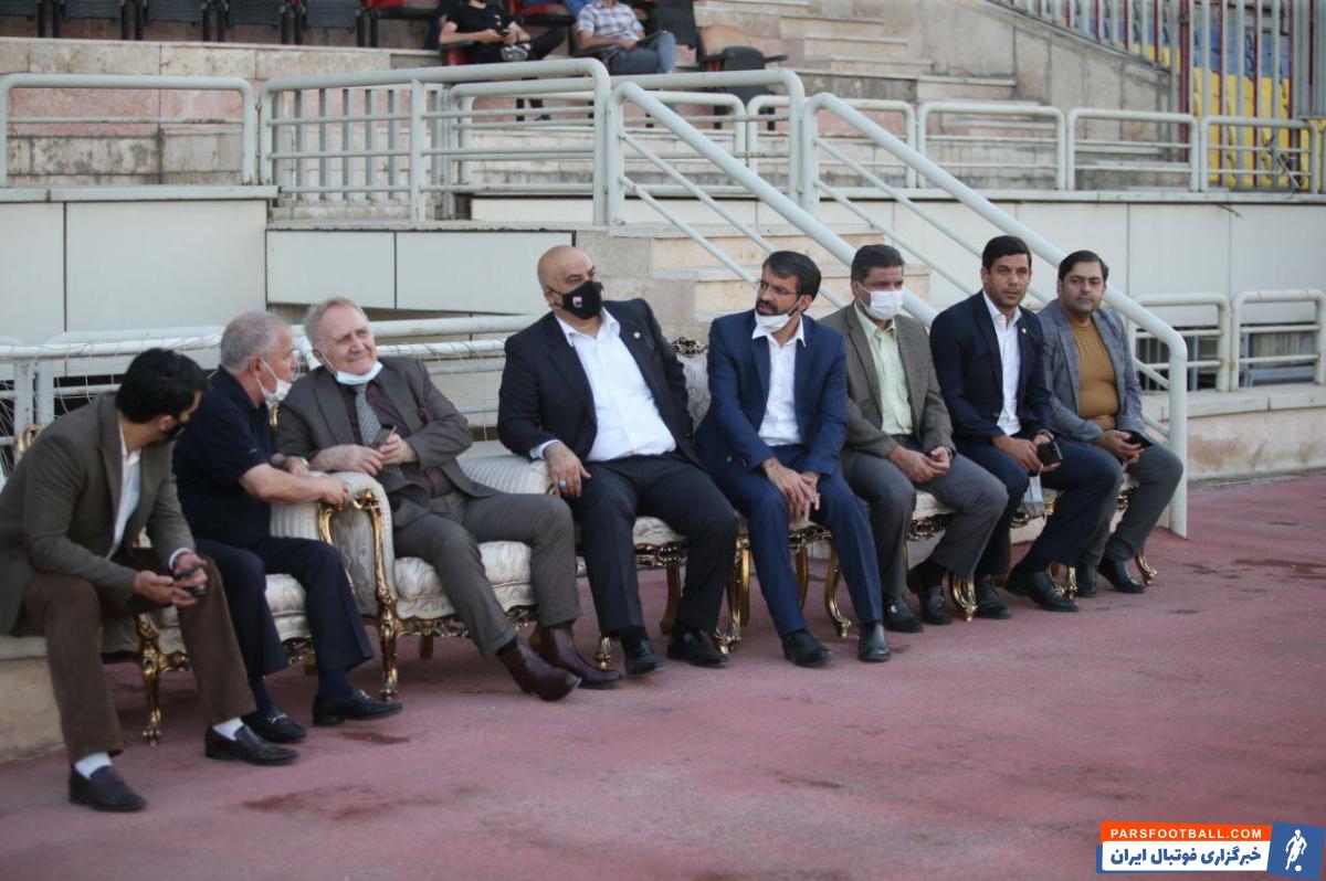 در بازی دوستانه امروز پرسپولیس و پیکان ، علی پروین و حسین کلانی در کنار اعضای هیات مدیره پرسپولیس این بازی را از نزدیک تماشا کردند.