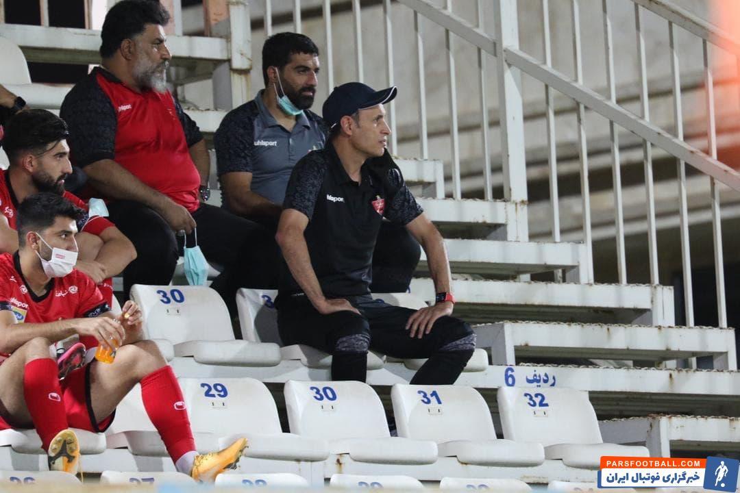 یحیی گل محمدی در حال تماشای از راه دور پیروزی درخشان پرسپولیس در لیگ برتر