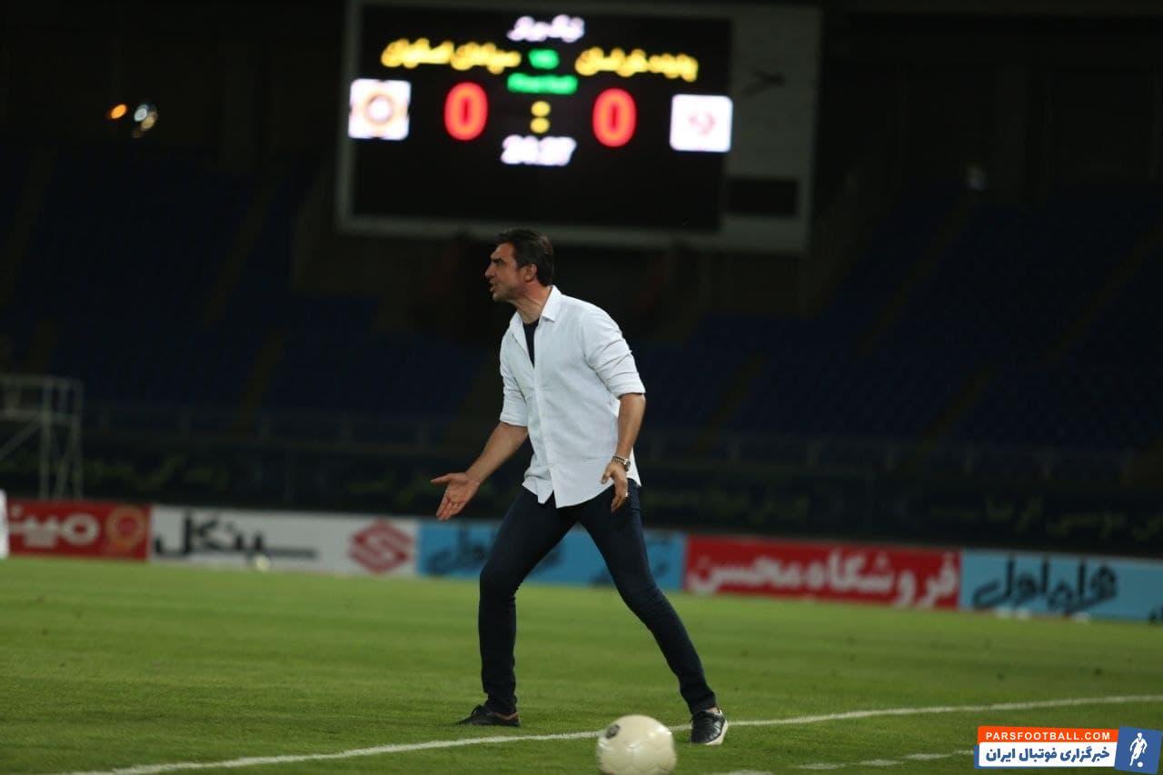 مهدی رحمتی در اوایل بازی و پیش از آنکه تیمش گل اول را دریافت کند، به شدت بر سر بازیکنان خود بابت اشتباهشان در یارگیری فریاد کشید.