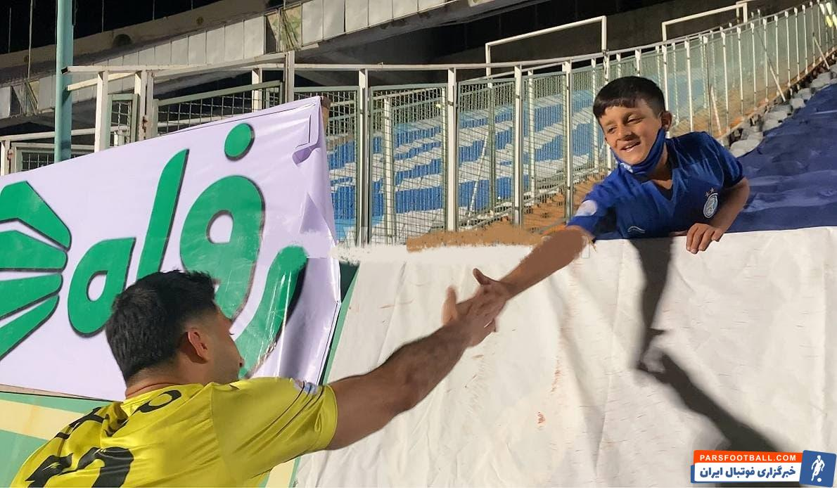 پس از پایان بازی، رشید مظاهری سنگربان استقلال نزد این هوادار رفت و با او به گفتگو پرداخت.