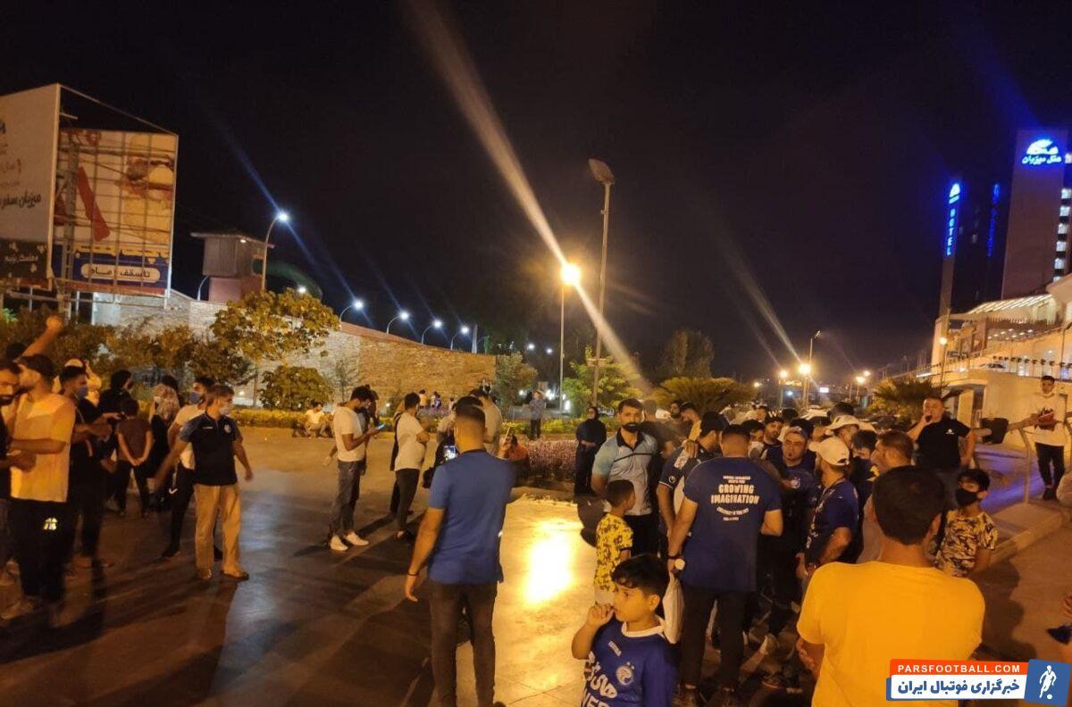 پس از کشمکشهای فراوان سرانجام بازیکنان تیم فوتبال استقلال تصمیم گرفتند تا برای انجام دیدار با نساجی، تهران را به مقصد قائمشهر ترک کنند