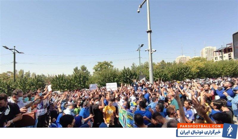 شماری از هواداران تیم فوتبال استقلال به نشانه اعتراض به وضعیت تیمشان و حمایت از فرهاد مجیدی مقابل وزارت ورزش و جوانان تجمع کردند.