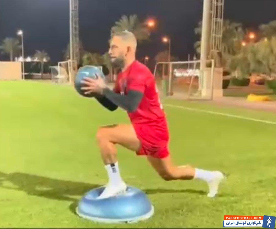اشکان دژاگه که همیشه به عنوان بمب نقل و انتقالاتی لیگ برتر ایران مطرح بوده است اکنون پس از نیم فصل دوری از شرایط فوتبالی برای آمادگی بیشتر در قطر تلاش میکند.