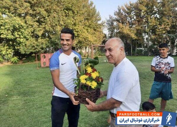 مسعود شجاعی که در حال رایزنی با یکی دو تیم داخلی برای حضور دوباره در لیگ برتر است با اهدای یک سبد گل از مربی پیشین خود قدردانی کرد.