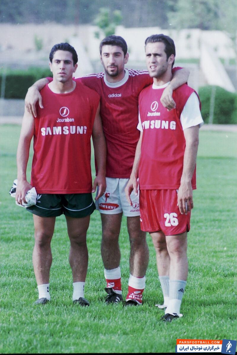 عکس سه نفره علی کریمی ، انصاریان و حامد کاویان پور پس از گلزنی به الهلال در جریان پیروزی 3-1 پرسپولیس